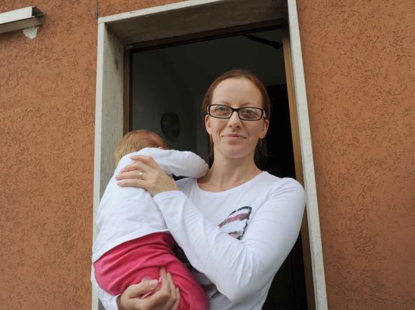 La mamma stringe la sua piccola, salvata dai Carabinieri (Foto Cavicchi)