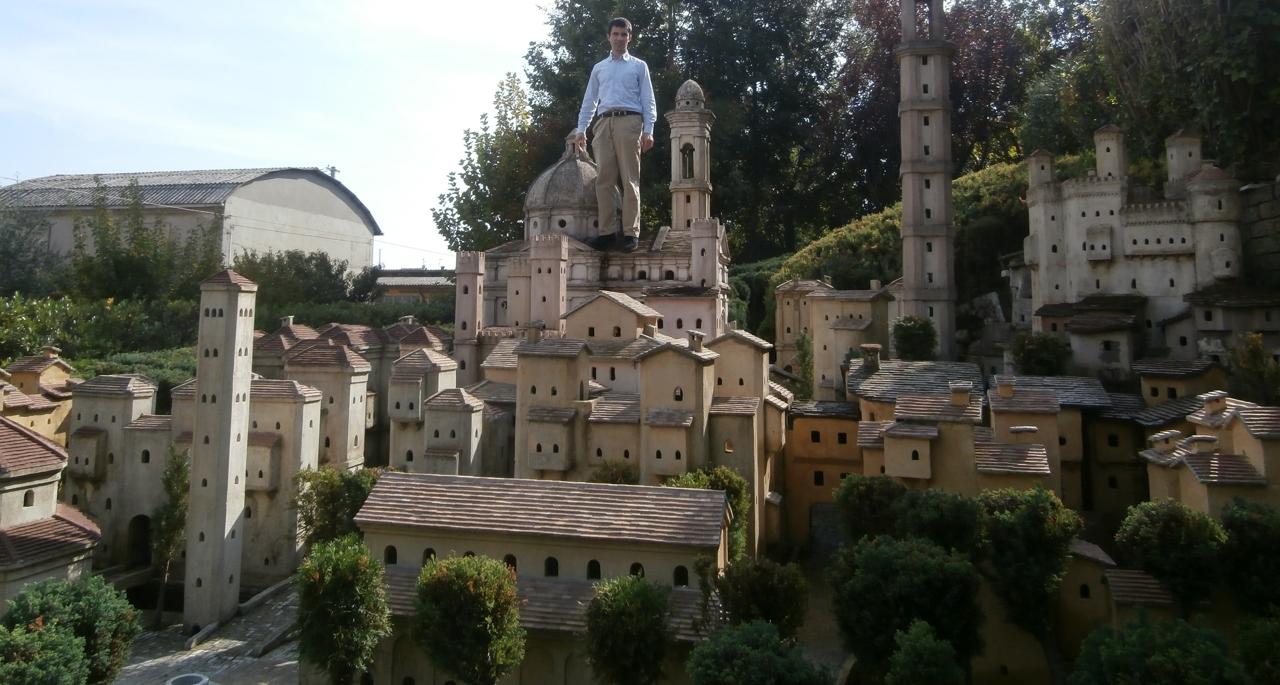 Ingegnere costruisce una citt di gesso in giardino il sogno sono interi quartieri - Il giardino di gesso ...