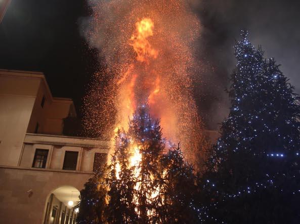 L'incendio in piazza Vittoria (Fotogramma/Bs)