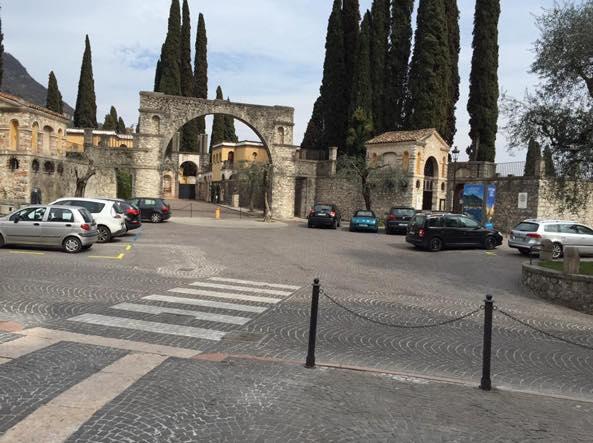 L'ingresso del Vittoriale trasformato in un parcheggio