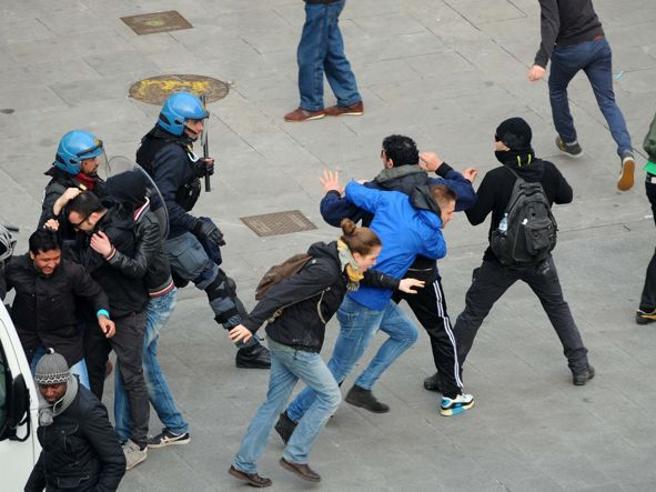 Centro di Brescia sotto assedio per i permessi di soggiorno: 11 a ...
