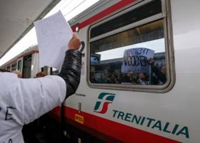 trenitalia vergogna»: brescia, la protesta contro la soppressione