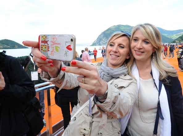 Un selfie degli assessori regionali Claudia Terzi e Viviana Beccalossi (Foto Cavicchi)