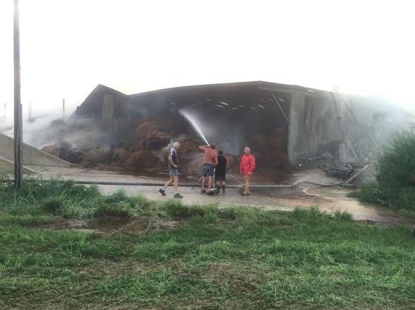 Incendio in una stalla a lonato muoiono quaranta mucche for Piani di casa di balla di fieno