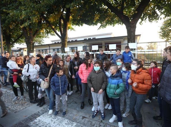 Scuola elementare Vighizzolo, odore misterioso causa malore alunni: proteste