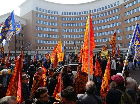 La protesta di venerdì fuori dal tribunale di Brescia (Lapresse)