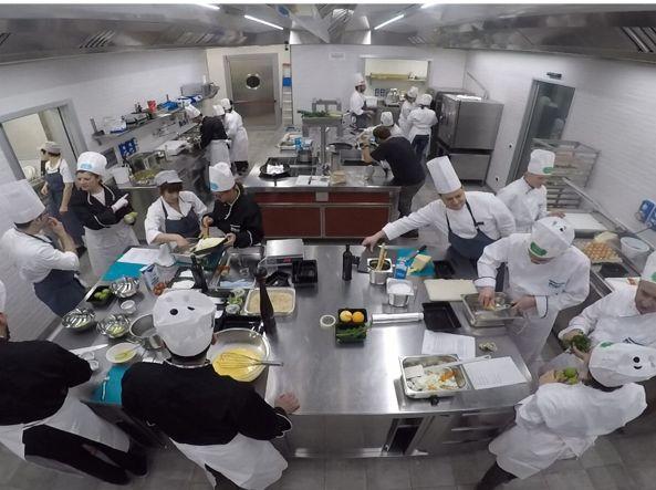 In azienda i partecipanti al corso si dividono in due squadre. Tra i giudici anche i famigliari dei dipendenti