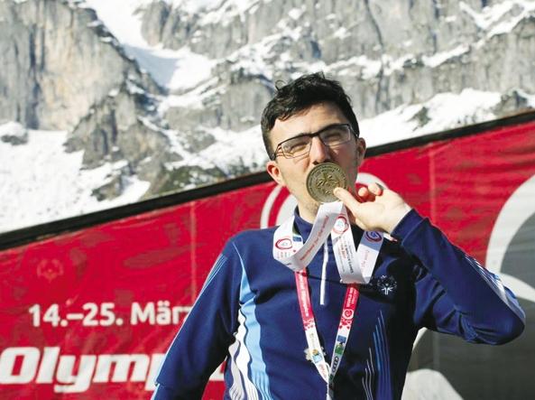 Garzetti bacia la medaglia di bronzo (Foto concessa da Special Olympics Italia)