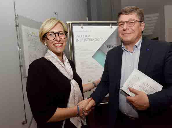 La stretta di mano tra Elisa Torchiani e Giancarlo Turati (foto Lapresse)