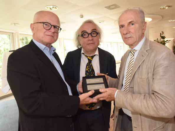Massimo Minini, primo da destra, riceve il premio (Cavicchi/Lapresse)