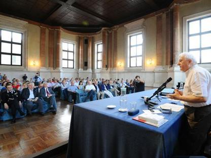 Manlio Milani durante l'incontro pubblico (Campanelli/Lapresse)