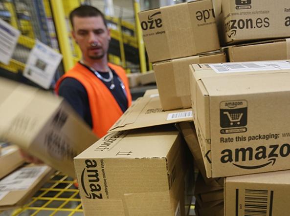 Ruba centinaia di pacchi di Amazon: arrestata dipendente postale