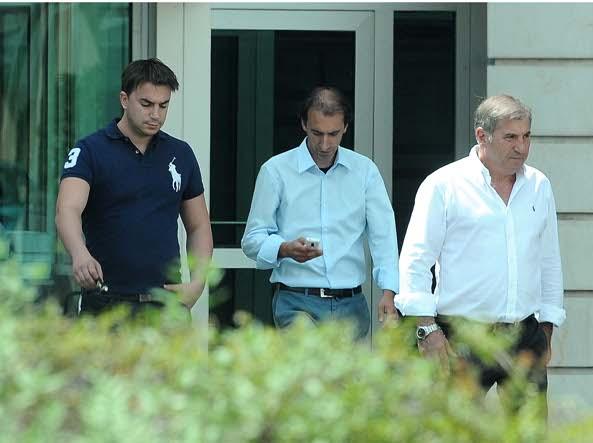 Adelio arriva in Tribunale con i figli Giacomo e Alex (Campanelli/Lapresse)