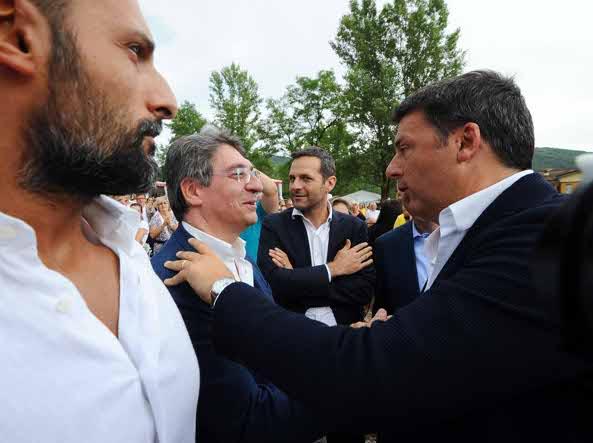 L'abbraccio tra Renzi, a destra, e Del Bono, sindaco di Brescia (Campanelli/Lapresse)