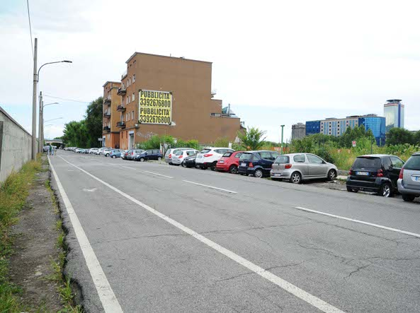 La vista dall'uscita secondaria della stazione: a sinistra il palazzone che verrà abbattuto ed a fianco l'area dove si realizzerà un parcheggio da 400 posti (Campanelli/Lapresse)