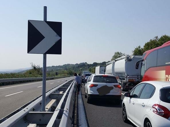 Abruzzo, pneumatico tir travolge auto su A14: muore donna incinta