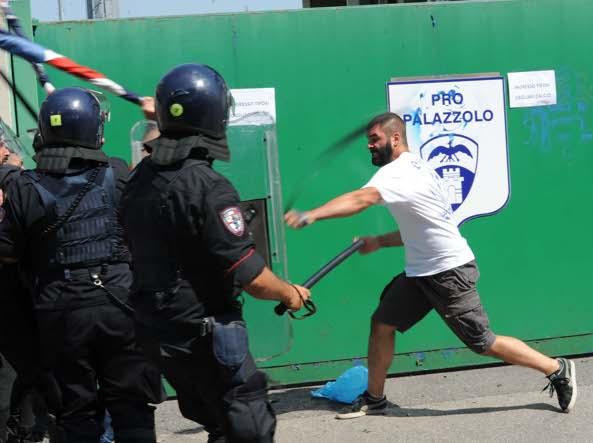 Tafferugli tra tifosi di Cagliari e Brescia prima dell'amichevole di Palazzolo (Cavicchi/Lapresse)