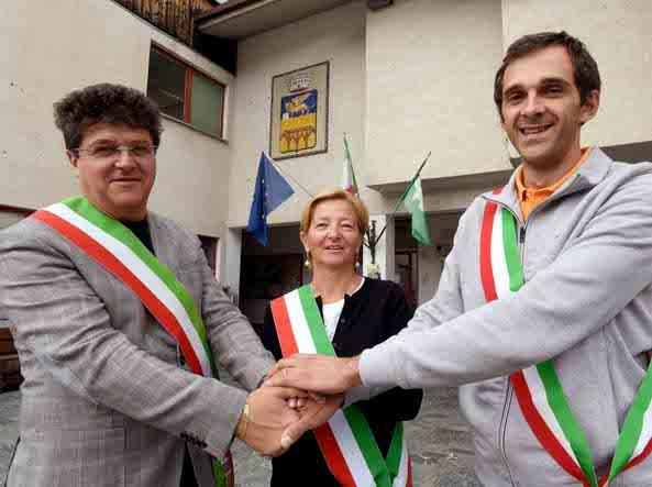 I sindaci (da sx) di Vione Ponte di Legno e Temu' davanti al municipio di Ponte di Legno  (Cavicchi/Lapresse)