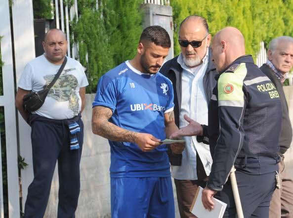 Un agente della polizia locale multa Ferrante che aveva messo la macchina in sosta vietata (Cavicchi/Lapresse)