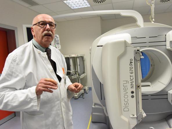 Il primario Raffaele Giubbini  con il nuovo macchinario (Cavicchi/LaPresse)