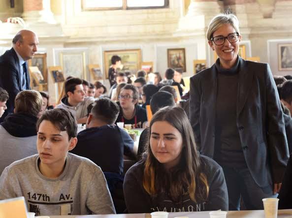 Elisa Torchiani, presidente della piccola industria di Aib, con i ragazzi nel salone Vanvitelliano (Cavicchi/Lapresse)