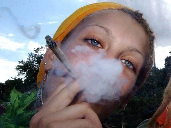 Nella stalla mette al caldo hashish e marijuana: arrestato
