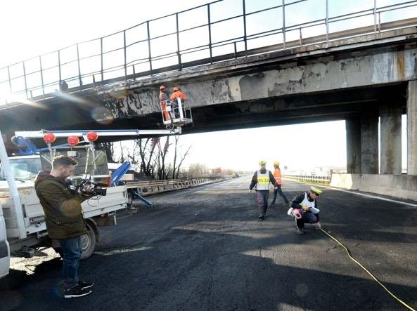 Inferno in autostrada, 6 le vittime: anche i bambini sono morti carbonizzati