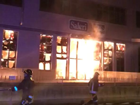 Maxi incendio a Lumezzane: in fiamme capannone di 10mila metri quadri